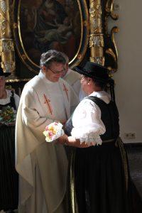 Die Obfrau Ebner Josefine erhält von Bürgermeister Erich Kessler den Trachtenehrenring!